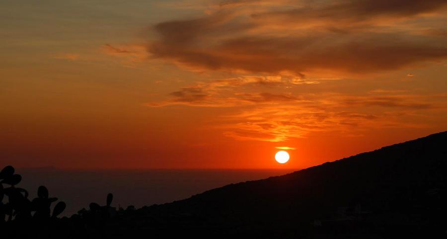 Vista di un tramonto intenso... dai dammusi benessere...