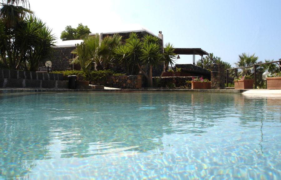 immersi in piscina, ammirando villa Giò...