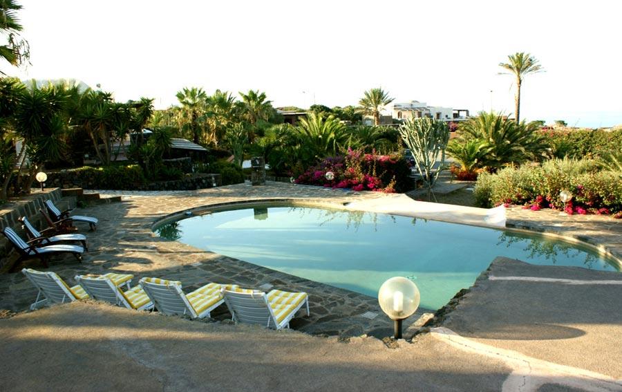 la piscina circondata dall'area solarium con...
