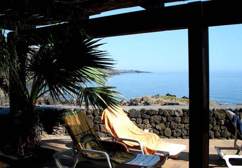 La grande terrazza cannizzata con vista sul mare