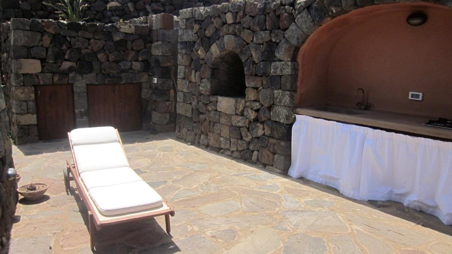 Il Barbecue in pietra con angolo cottura.