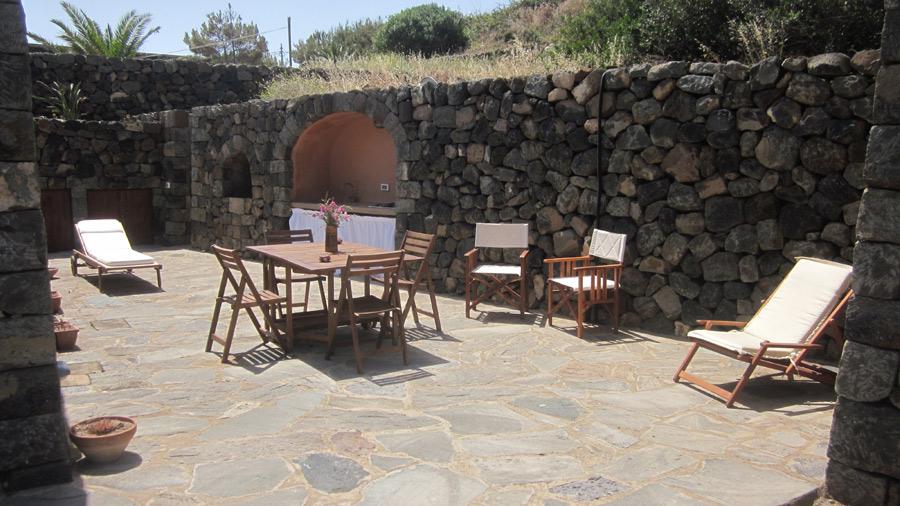 Seconda terrazza con barbecue.