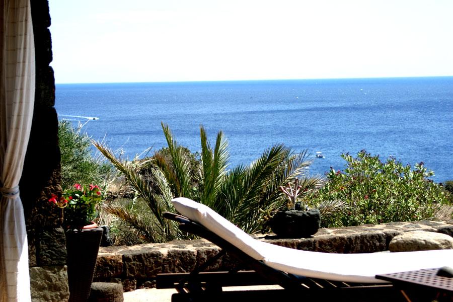 Il terrazzo con vista mare.