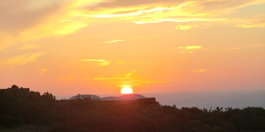 Il tramonto visto dal dammuso.