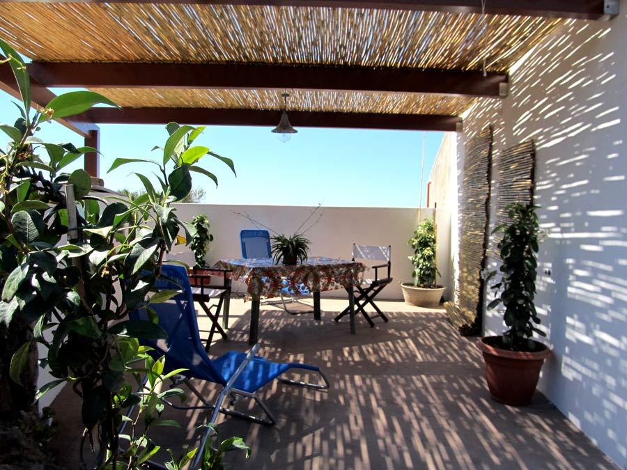 La terrazza attrezzata con sdraio, tavolo da...